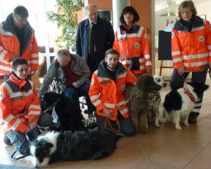 Dr. Heinz Sperber (Vorstand der Bürgerstiftung) inmitten der Mitarbeiter der Rettungshundestaffel des BRK Neumarkt mit ihren Hunden bei seinem Besuch im BRK Senioren- und Pflegeheim in der Friedenstraße in Neumarkt.