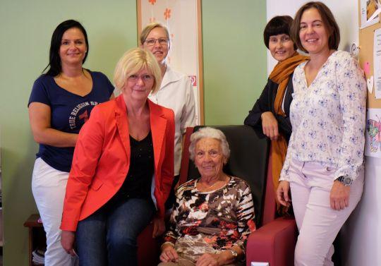 Foto (v. l.): Sonja Bergold (Bürgerstiftung), Sieglinde Diepold (Pflegedienstleiterin Caritas), Sonja Larisch (Bereichsleiterin Tagespflege Caritas), Frau Rauch (Bewohnerin Caritas), Gerlinde Sturm und Eva Diepenseifen (Bürgerstiftung)