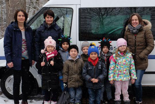 Foto v.l.n.r.: Birgit Gärtner (Leiterin Rot-Kreuz-Kindergarten), Gerlinde Sturm und Eva Diepenseifen (Bürgerstiftung) sowie einige Kinder des Kindergartens, die den Fahrdienst nutzen