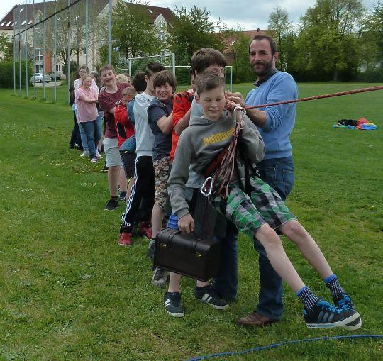 Schüler der Klasse R7 der Schwarzachtal-Schule Berg ziehen mit Markus Ott vom Kreisjugendring Neumarkt an einem Strang.