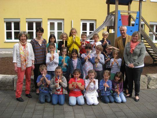 Foto: Edith Bierschneider-Pragner (Lehrerin Theo-Betz-Schule), Gerlinde Sturm (Bürgerstiftung), Kinder des Flötenkurses, Michael Rüttinger (Rektor Theo-Betz-Schule), Christine Fersch (Konrektorin Theo-Betz-Schule)