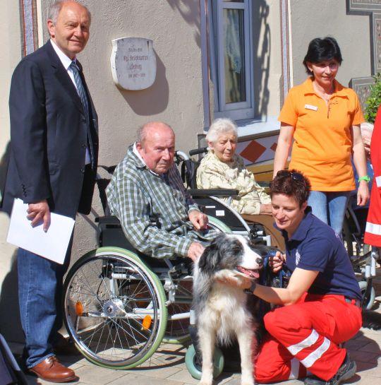 Foto: Dr. Heinz Sperber (Vorstand der Bürgerstiftung), Bewohner und Mitarbeiter des Hauses Mariacron, Velburg sowie ein Mitglied der Rettungshundestaffel des BRK Neumarkt mit Hund