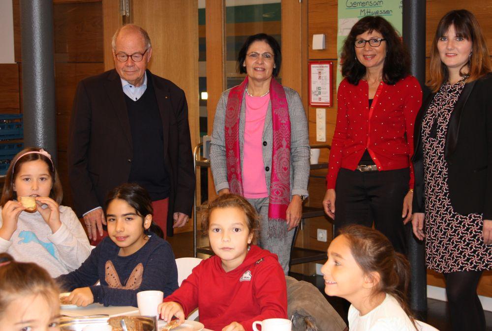 Rektorin Tanja Kölbl bedankt sich beim Vorstand der Bürgerstiftung Region Neumarkt. (v. links: Helmut Rauscher, Vera Finn, Rektorin Tanja Kölbl, Sophie Stepper)