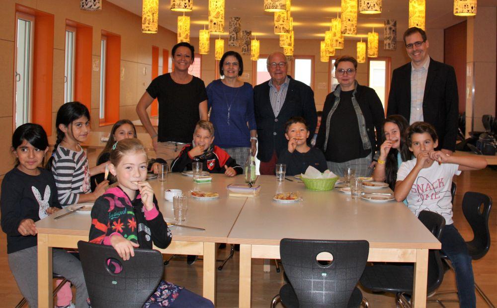 Die Bürgerstiftung sponsert das Schulfrühstück in der Theo-Betz-Grundschule. Hinten von links: Nadine Hofmeister, Vera Finn, Helmut Rauscher, Bianca Bayrakli, Dr. Thomas Mayr.