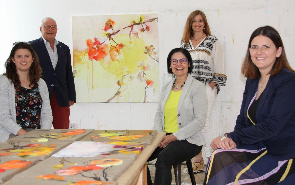 Künstlerin Alexandra Hiltl präsentiert das Motiv des Advents-Los-Kalenders 2020. (von links: Alexandra Hiereth, Helmut Rauscher, Vera Finn, Alexandra Hiltl und Sophie Stepper.)