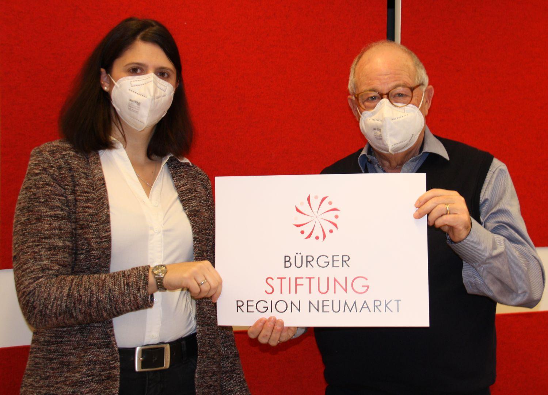 FFP2 Masken aus deutscher Produktion verteilte die Bürgerstiftung an Kitas, Kindergärten und Grundschulen. (von links: Alexandra Hiereth, Helmut Rauscher)