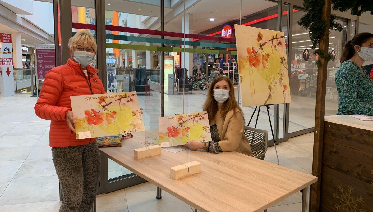 Künstlerin Alexandra Hiltl signiert die ersten Kalender im Neuen Markt