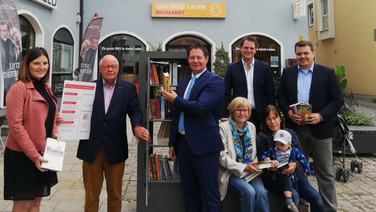 Schon kurz nach der Aufstellung wurde der Bücherschrank am Unteren Markt eifrig genutzt.