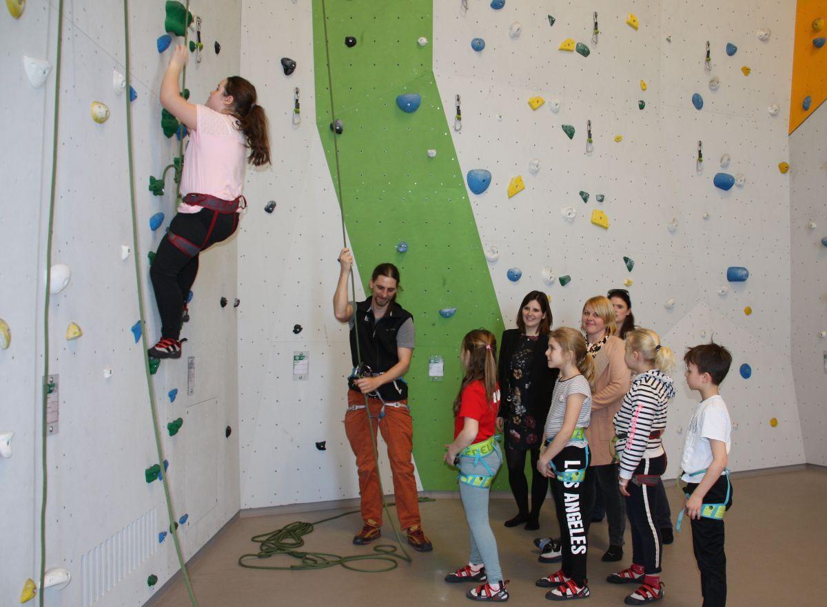 Foto: v. links: Trainer Achim Fischer, Vorstand Sophie Stepper, Schulleiterin Christine Fersch, Alexandra Hiereth (Bürgerstiftung) sowie Kinder der Grundschule Hasenheide