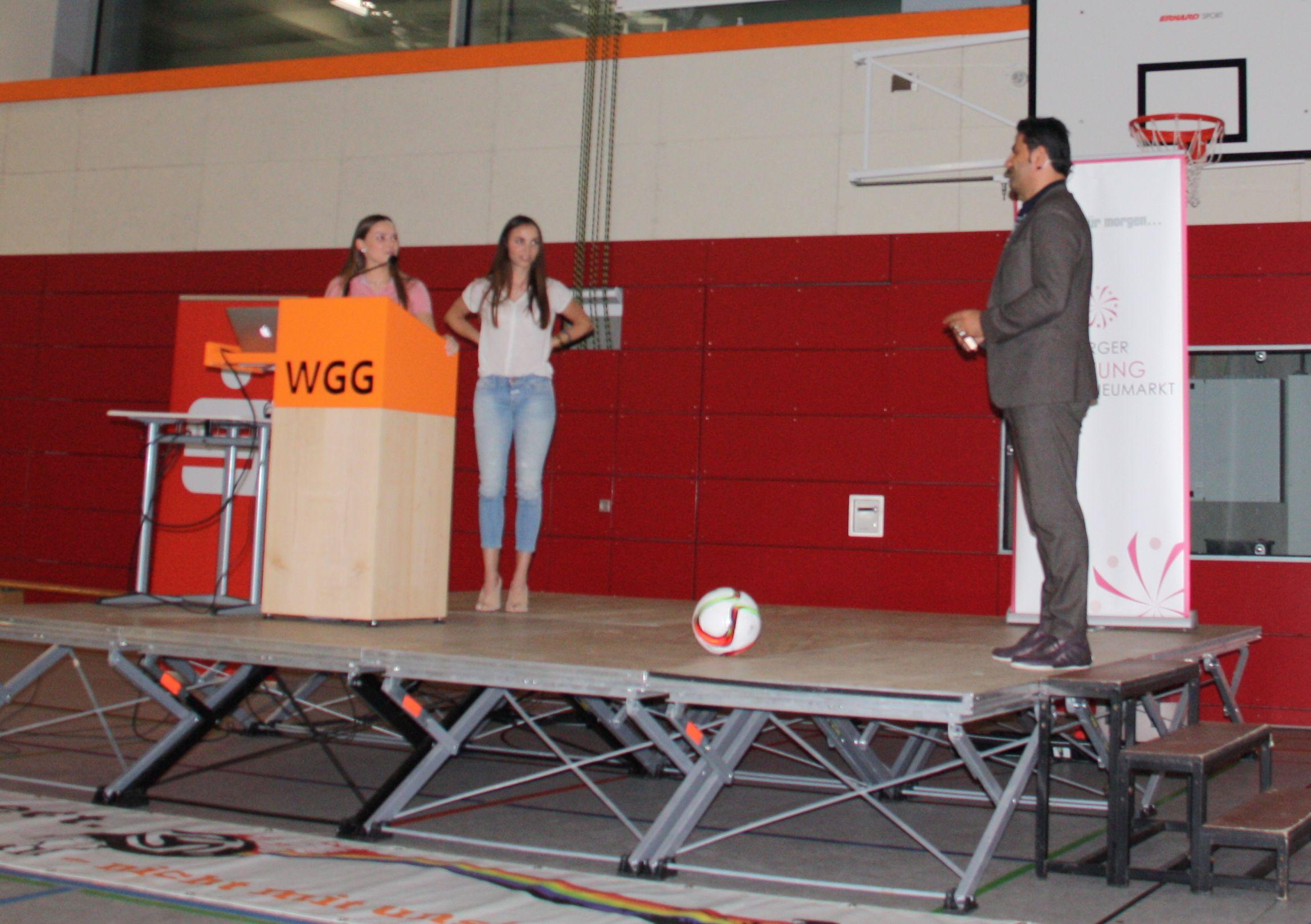 Tatjana und Lorena Bittner bedanken sich bei Babak Rafati für den ergreifenden Vortrag.