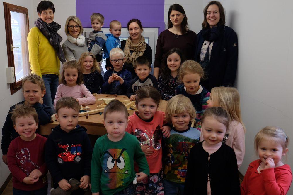 Foto: Gerlinde Sturm, Christa Schweiger, Barbara Walter (Kiga St. Helena), Alexandra Hiereth, Eva Diepenseifen (Bürgerstiftng) und die Kinder vom Kindergarten St. Helena