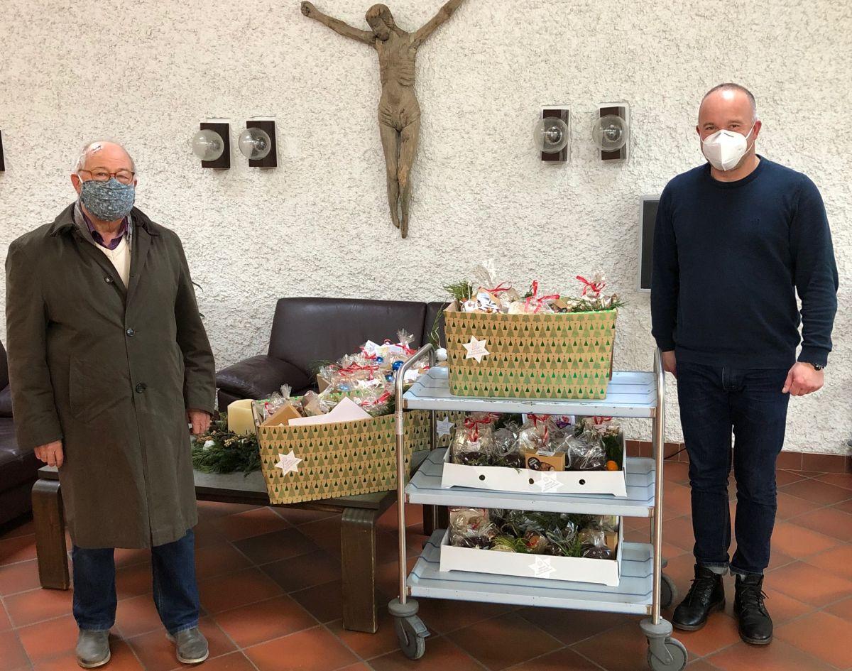 1.800 Elisenlebkuchen und 3.500 Plätzchen wurden verpackt. Auf dem Bild Helmut Rauscher bei der Übergabe im Seniorenheim in Lauterhofen zusammen mit dem Leiter der Einrichtung Andreas Fersch.