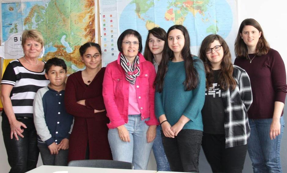Foto: von links: Rektorin Petra Zeitler, Ibrahim, Nabaa, Vera Finn (Bürgerstiftung), Mimoza, Laura Spangler und Sabrina Schlotgauer (Tutoren) und Alexandra Hiereth (Bürgerstiftung).