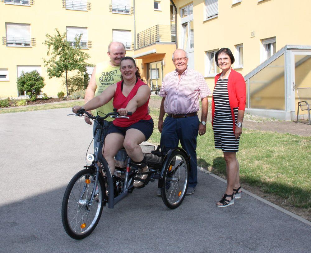 Stolz präsentiert Manuela Lehner ihr neues Gefährt. (von links: Martin Lehner, Manuela Lehner, Helmut Rauscher, Vera Finn)