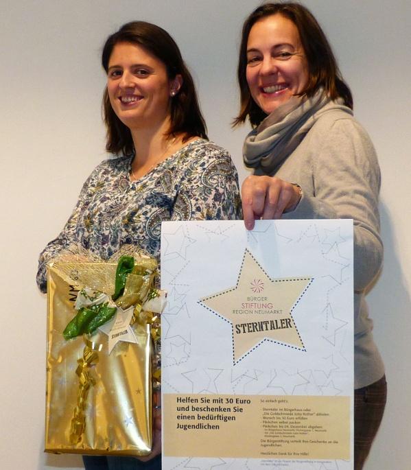 Alexandra Hiereth und Eva Diepenseifen (Bürgerstiftung) präsentieren die Sterntaler