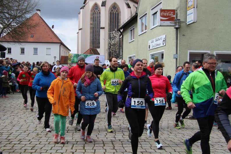 Foto (Philipp Maier): Beim Benefizlauf 2016 liefen Jung und Alt für die gute Sache.
