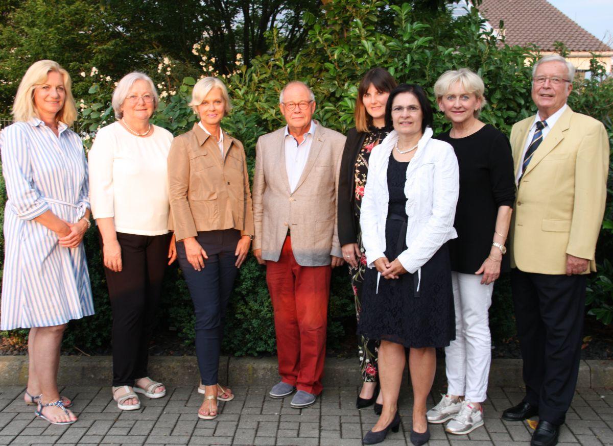 Von links: Eva Bauer, Carola Egger, Gudrun Berschneider, Helmut Rauscher, Sophie Stepper, Vera Finn, Marlis Knychalla, Dr. Peter Hasse