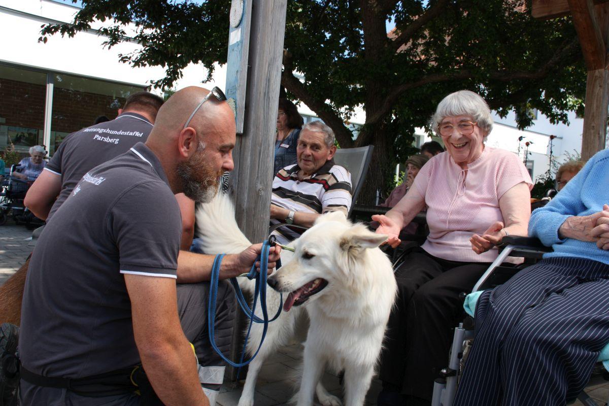 Die Bürgerstiftung sorgte mit den Rettungshunden für viel Freude im Berchinger Seniorenheim.