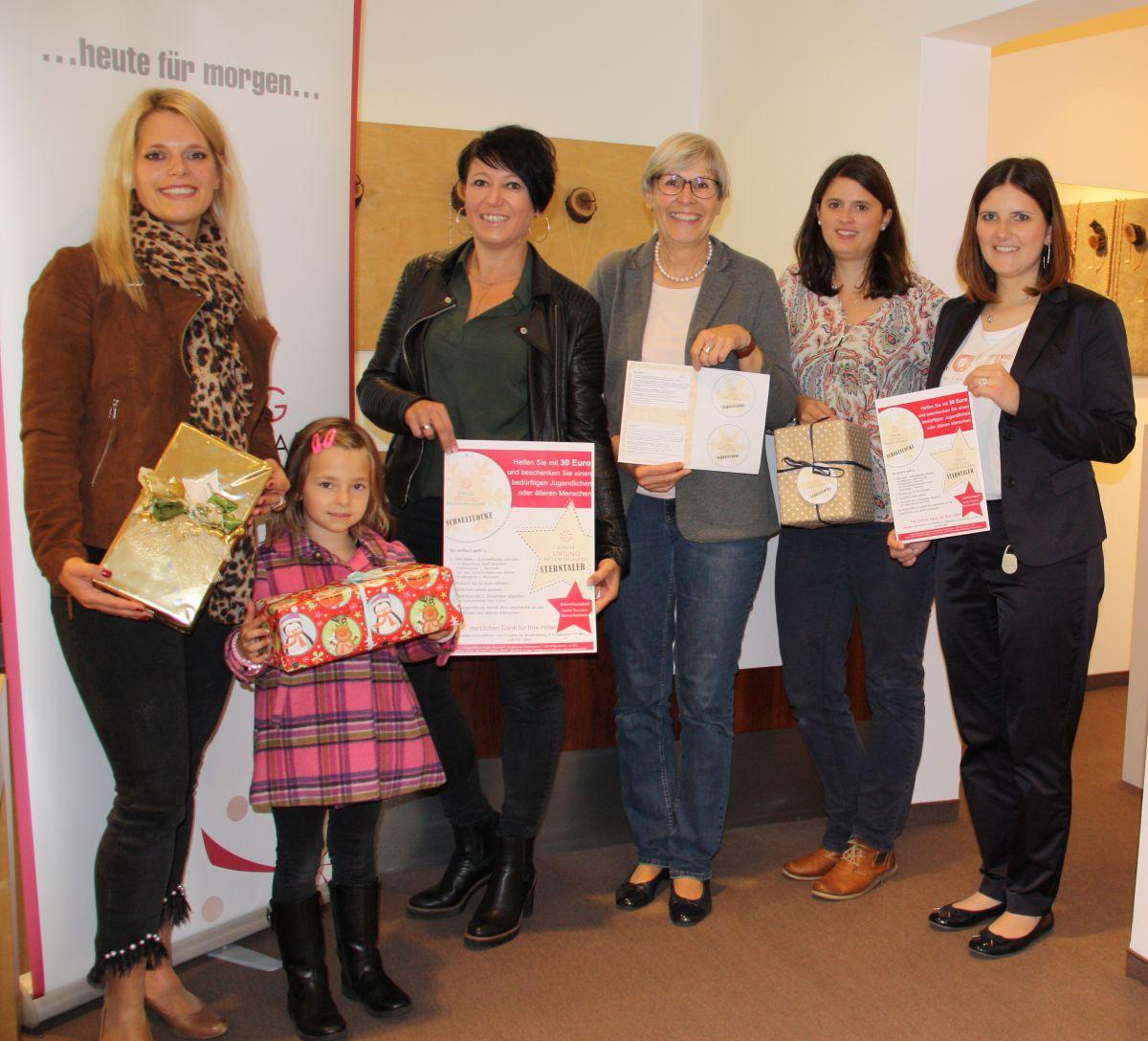 In Kooperation mit dem Leb mit Laden erhalten Kids zwischen 13 und 18 Jahren und Senioren ein kleines Geschenk zu Weihnachten. Von links: Carolin Thumann mit Tochter, Bianca Nießlbeck, Jutta Rother, Alexandra Hiereth, Sophie Stepper.