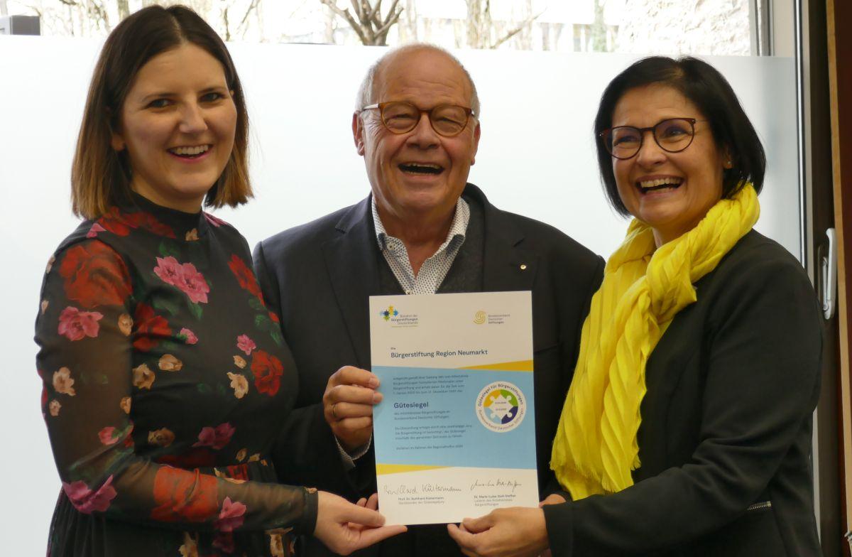 Sophie Stepper, Helmut Rauscher und Vera Finn freuen sich über die Auszeichnung.