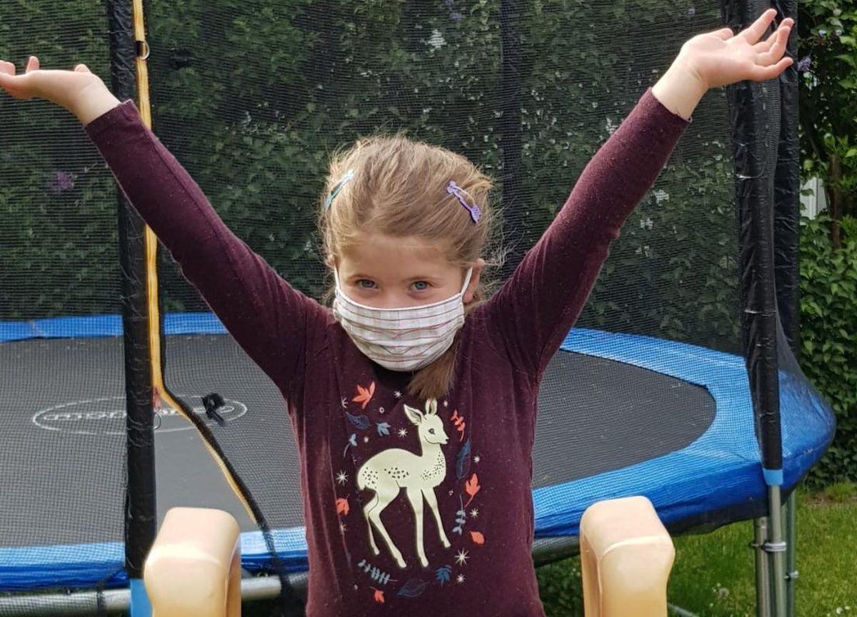 Anna Hiereth präsentiert stolz eine der Kindermasken, die ab Donnerstag, 07.05.2020 bei Eisenwaren Zimmermann zu haben sind.