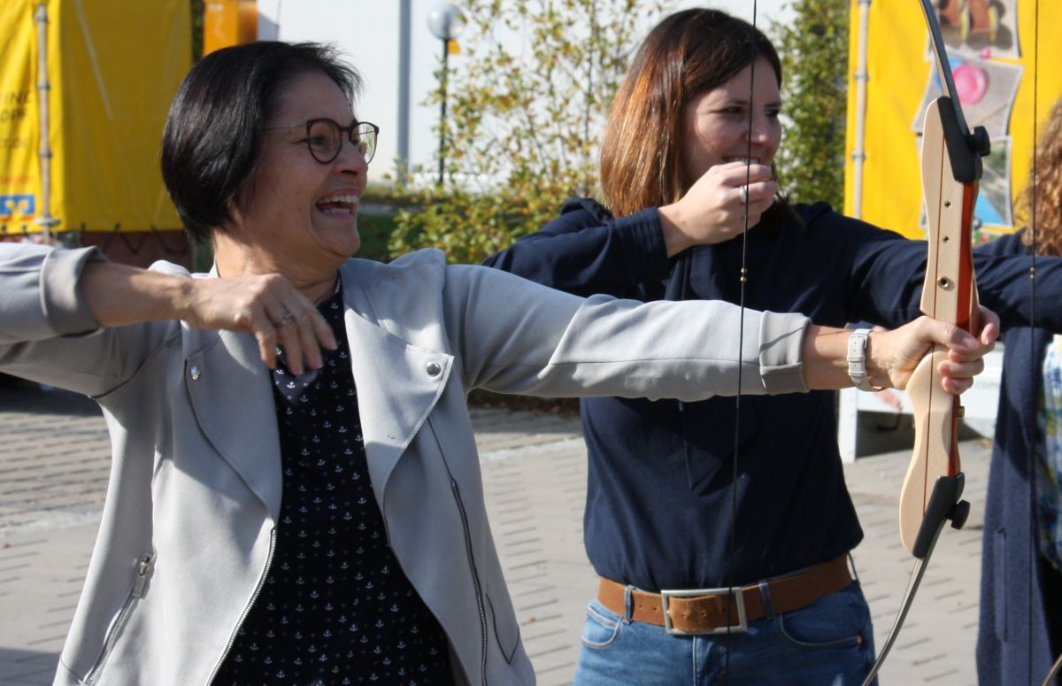 Ziel erreicht – ins  Schwarze getroffen. Bürgerstiftungsakteure freuen sich über das gute Jahresergebnis. (Vera Finn (li) und Sophie Stepper vom Vorstand.)