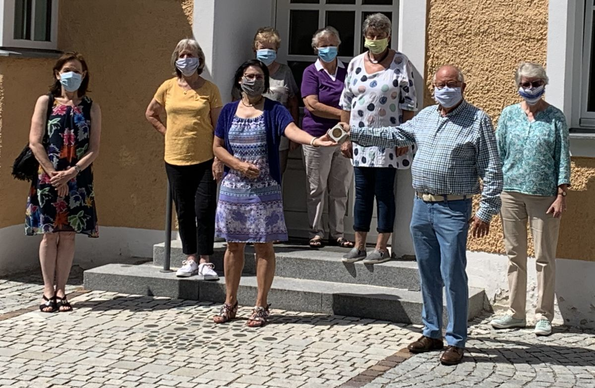 Helmut Rauscher und Vera Finn vom Vorstand bedankten sich für die Spende. Außerdem soll ein Bürger-Stein für die Gruppe vor dem Bürgerhaus gesetzt werden.