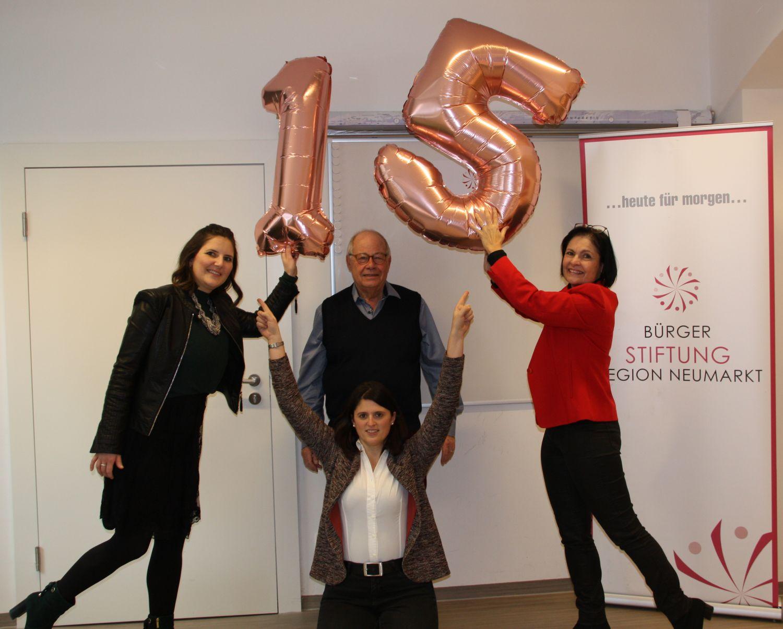 Zum 15-jährigen Jubiläum kann die Bürgerstiftung mit einem sehr guten Ergebnis aufwarten. (von links: Sophie Stepper, Alexandra Hiereth, Helmut Rauscher und Vera Finn)
