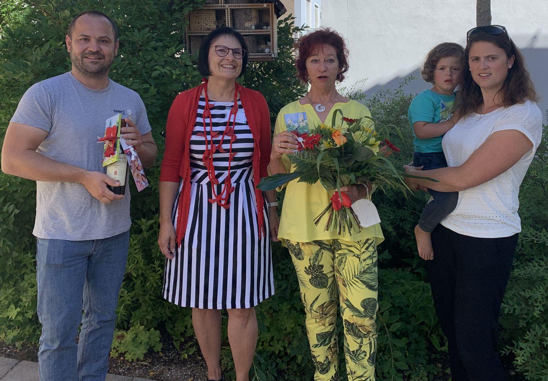 Mit einem Blumenstrauß bedankten sich Vera Finn und Alexandra Hiereth von der Bürgerstiftung bei der engagierten Sengenthalerin für Ihren großen Einsatz und bei Daniel Schmer für die Programmierung der Homepage